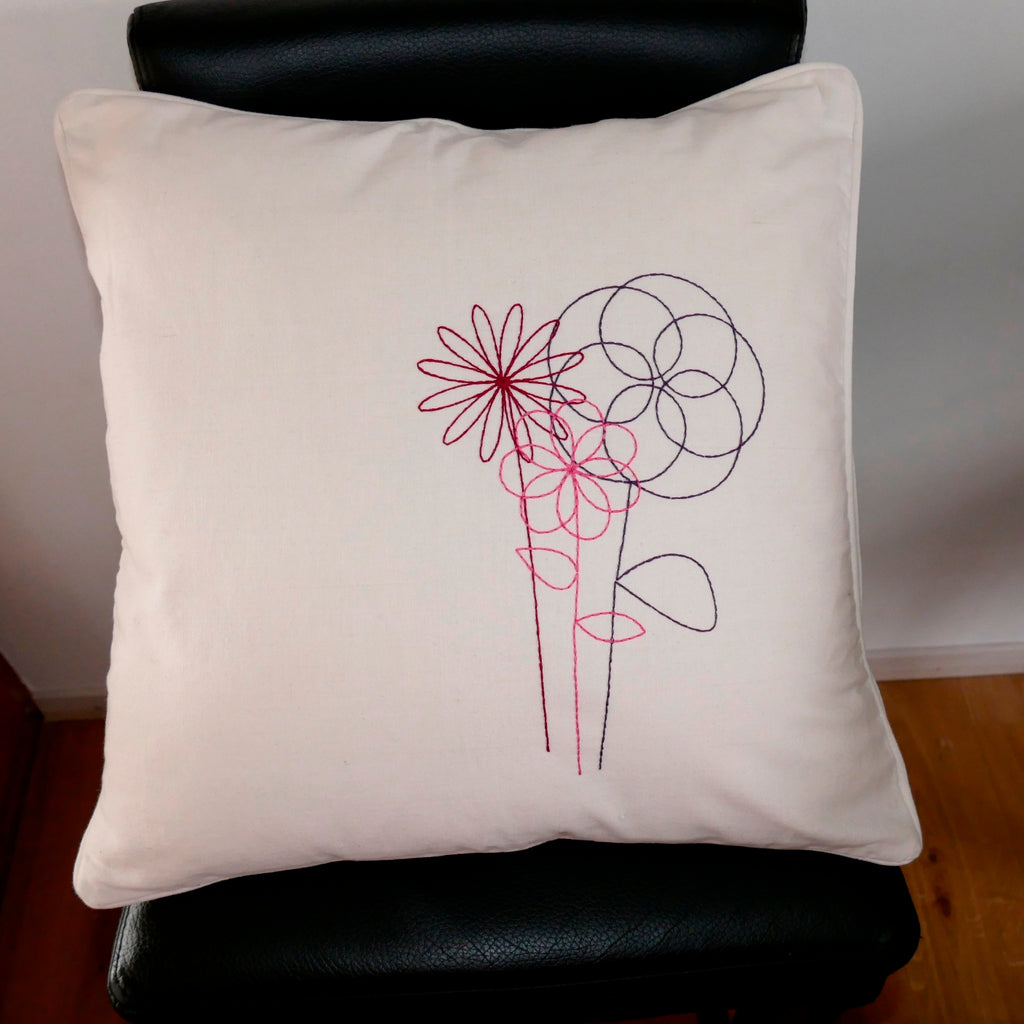 ....Simple and Beautiful Flower Cushion Cover..Housse de coussin - fleurs simples et belles....