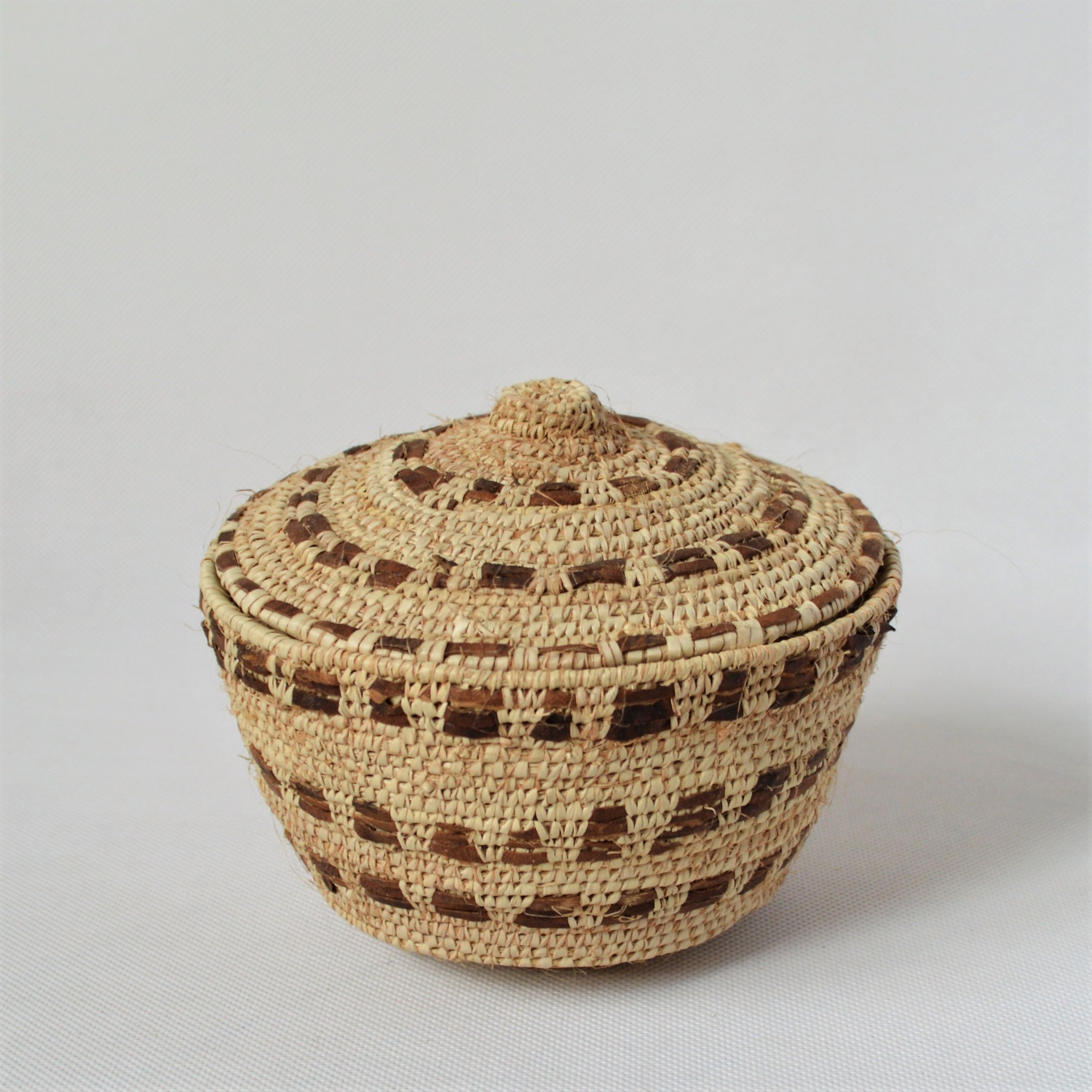 Woven sewing box / jewelry box decorated with natural leather