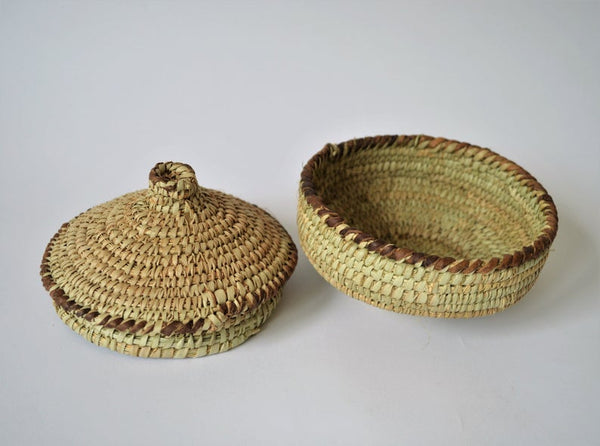 Round basket with lid with leather decoration