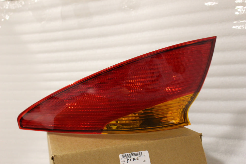NEW OEM 2001-2002 SATURN S-COUPE RIGHT PASSENGER TAIL LIGHT 21112650