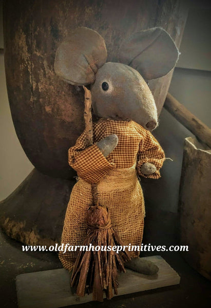 #LT59 Primitive Pantry Mouse With Broom (Made In USA)