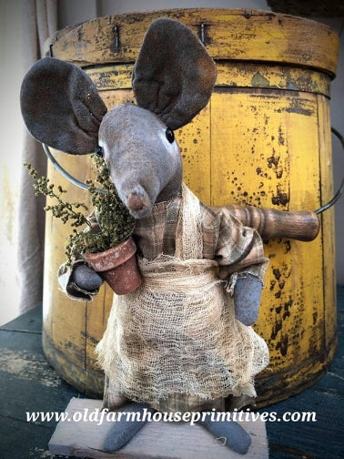 #LT14 Primitive Gardening Mouse With Pot of Sweet Annie  (Made In USA)