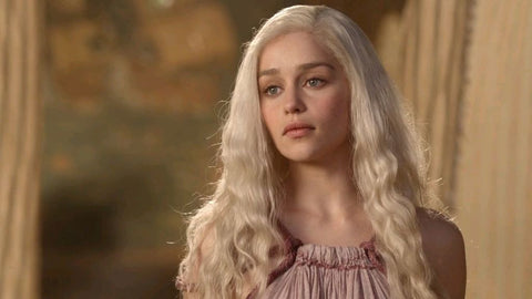Daenerys with blonde long hair falling down
