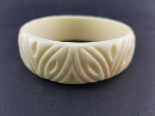 Fakelite Carved Bangle - Cream