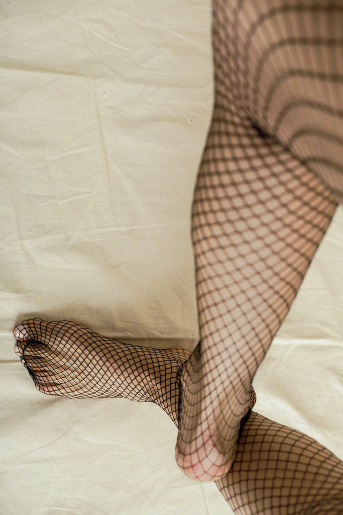 Medium Fishnet Stockings in Black