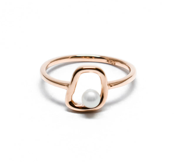 Amid pearl ring
