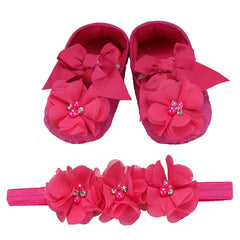 This gorgeous set of matching baby shoes and headband features pretty and adorable flower styles shoes and soft headband.