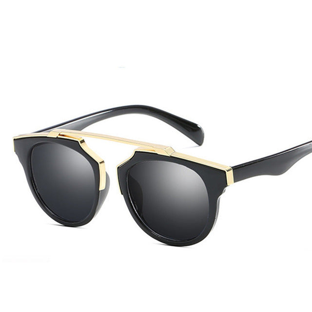 These kids' sunglasses are trendy and are made of strong plastic and polycarbonate to sustain any falls.