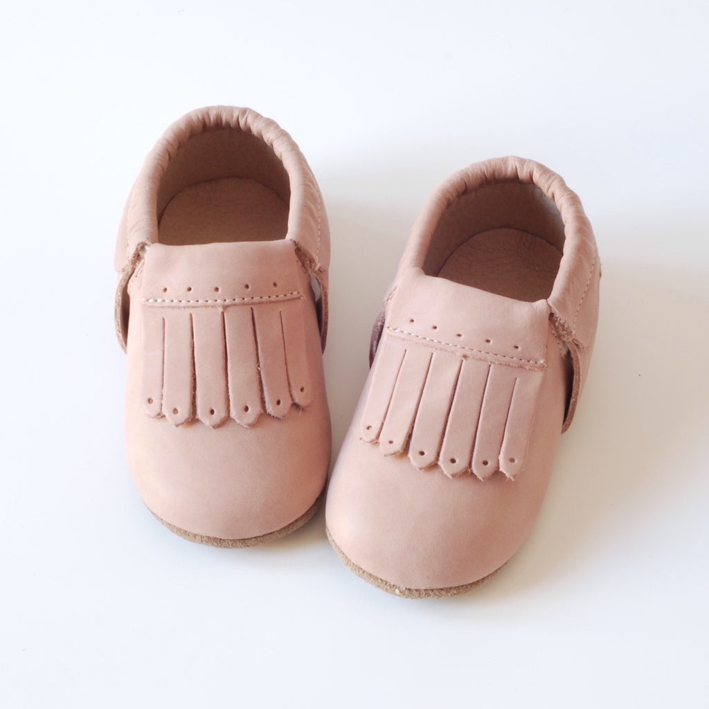 Pink baby shoes for babies and toddlers. Sizes to suit 1 year old and 2 year old. Lovely tassels in a baby moccasins style