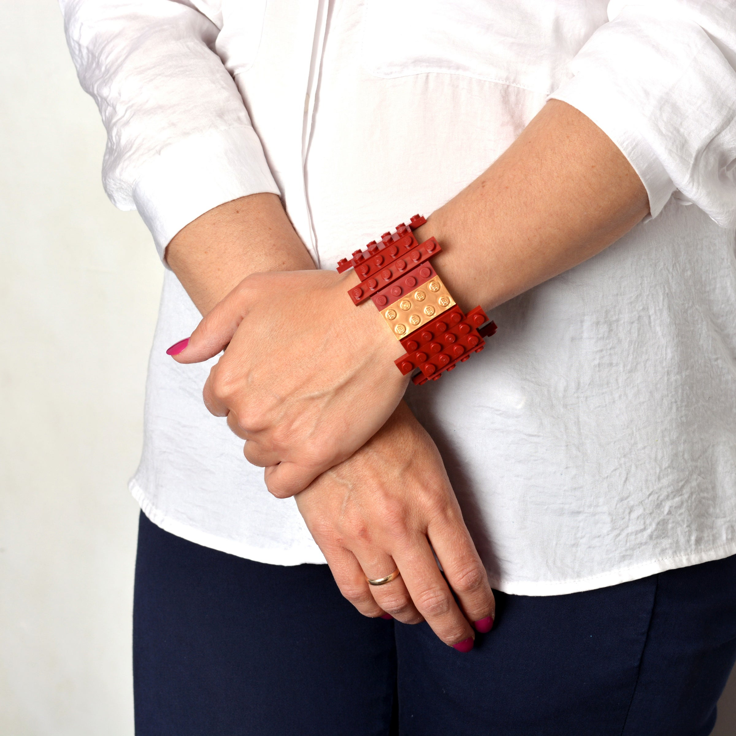 Dark red flat bracelet with goldplated brick