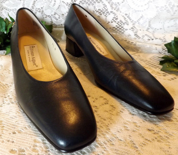 Vintage Etienne Aigner Navy Blue Leather Pump 7 . 5 N - The Blackwolf Shop Vintage Clothing for Men and Women, Antiques and Estate Jewerly