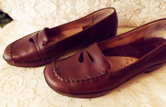 Womens Clarks Shoes Brown Natural Leather Loafer w Flowers Size 7 M - The Blackwolf Shop Vintage Clothing for Men and Women, Antiques and Estate Jewerly