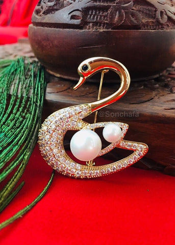 SWAN WITH PEARL SAREEPIN