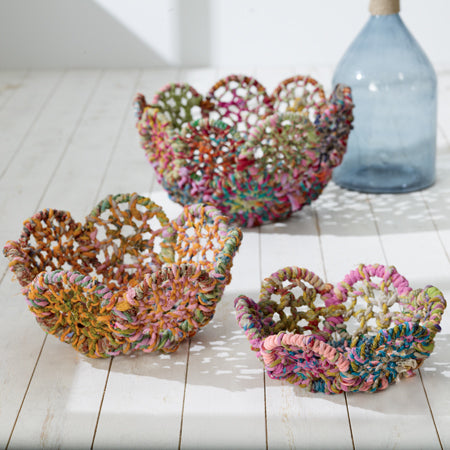 Colorful Jute Baskets With a Scalloped Edge