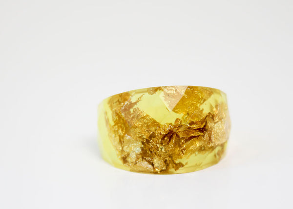 size 8 citron gold  round faceted eco resin ring featuring gold leaf flakes