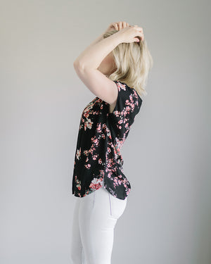Braelynn: Detailed Neck Floral Print Short Sleeve Top