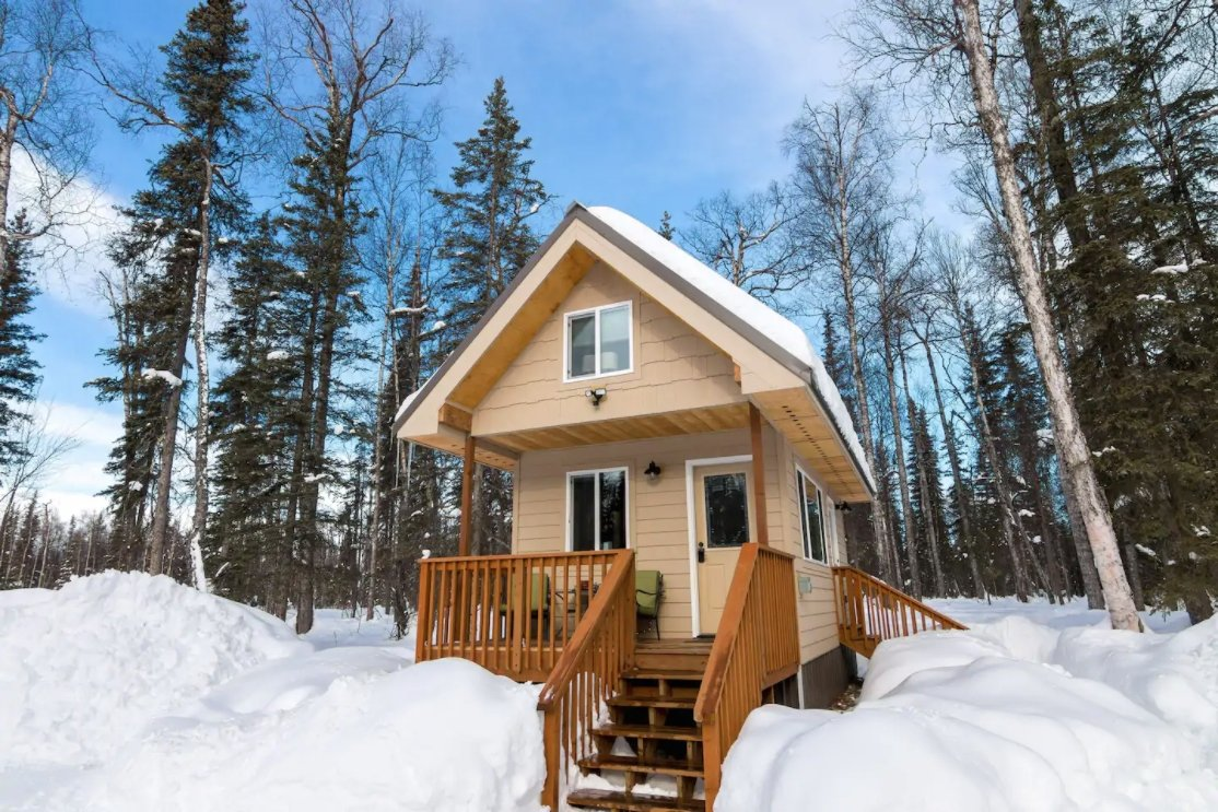 15 Tiny Houses in Alaska You Can Rent on Airbnb in 2021!