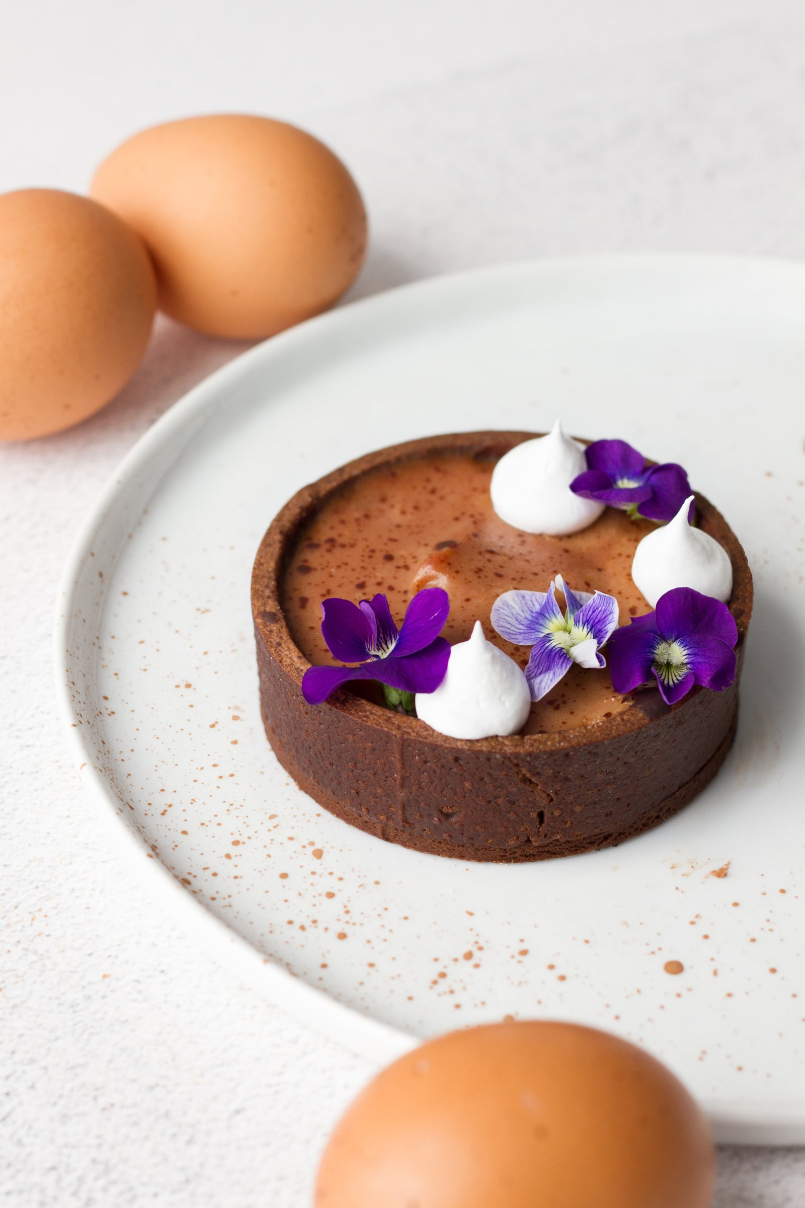 The perfect spring dessert: vanilla cocoa tartlet with edible violets