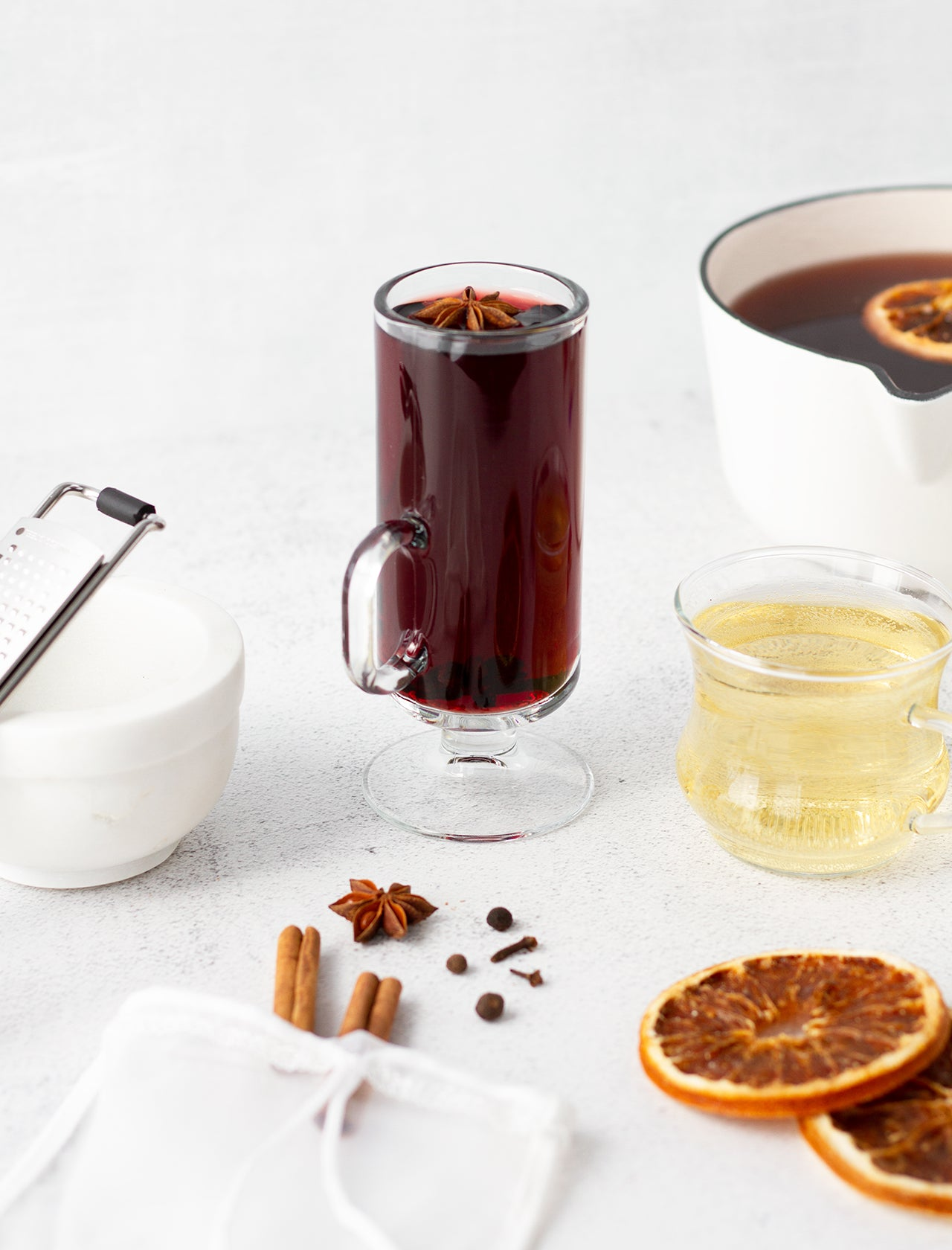 no sugar gluhwein in glass surrounded by ingredients