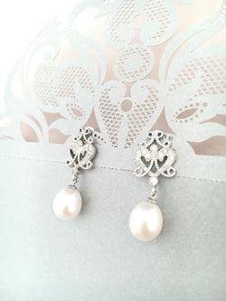 Romantic Bridal Pearl Earrings with a Vintage Touch
