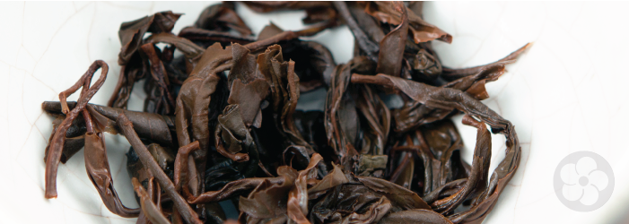 whole black tea leaves display a red color after brewing