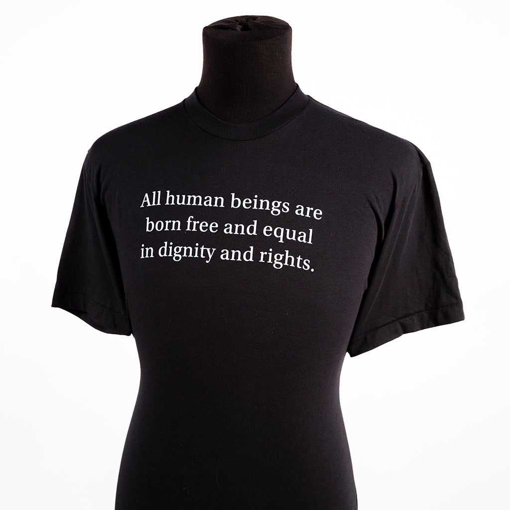 un t-shirt noir affichant le texte « All human beings are born free and equal in dignity and rights »