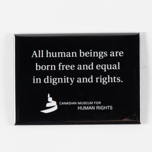 Aimant sur lequel on peut lire « All human beings are born free and equal in dignity and rights. »