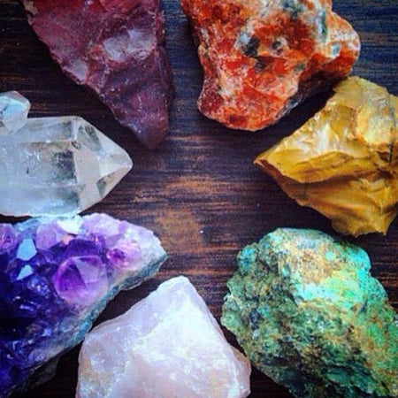 7 Chakra Raw Stones Set | 7 Rough Healing Crystals and Stones Collection with Guide | Seven Stones | Yoga Meditation Altar Bohemian Decor