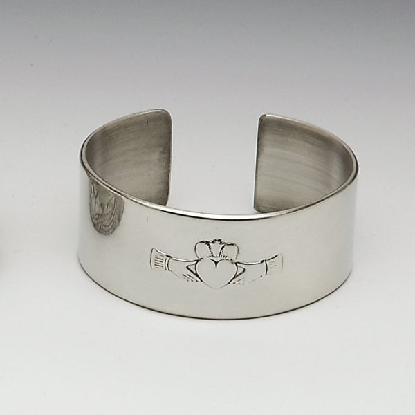 THE CLADDAGH BANGLE IS VERY SUITABLE AS A LADIES GIFT. THE FAMOUS GALWAY CLADDAGH IS RENOWNED WORLDWIDE AS IRELANDS FAMOUS LOVE SYMBOL. BOXED IN A GREEN BANGLE BOX THIS MAKES A GREAT LADIES GIFT. MADE IN MULLINGAR PEWTER, IRELAND
