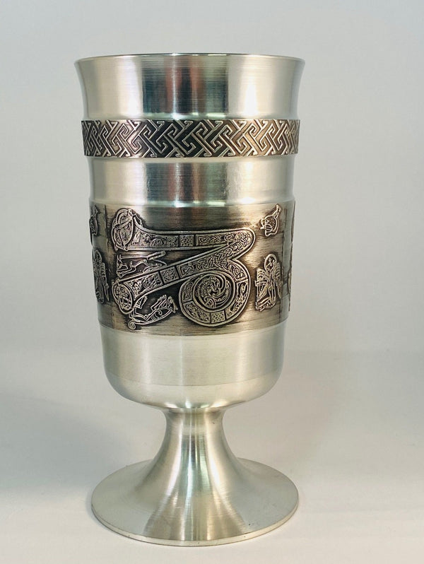 "THE PEWTER METAL GOBLET IS 6"" OR 15CM TALL WITH A CPASITY FOR 12OZS OF FLUID. PERFECT FOR A COOL BEER WITH A BEAUTIFUL CELTIC LETTER Z ETCHED AROUND THE GOBLET AND A CELTIC TYPE DESIGN SURROUND ABOVE. A SOFT SILVER FINISHED BASE AND TURNED BY HAND ON THE INSIDE . ÉTAIN ZINN HARTZINN PELTRO SILVER"