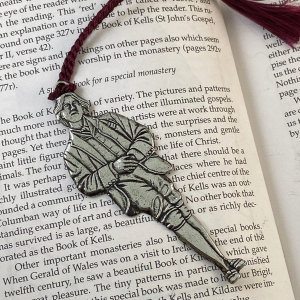 REPLICA OF OSCAR WILDE AS A BOOKMARK WITH A PURPLE TOSSEL ATTACHED
