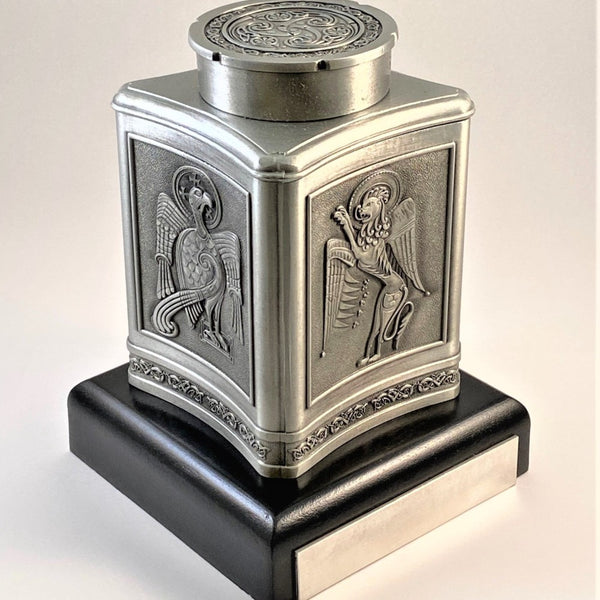 MINI KEEPSAKE URN FOR A LOVED ONES ASHES MADE OF PEWTER METAL IN SOFT SILVER FINISH WITH BEAUTIFUL CELTIC DESIGN . ÉTAIN ZINN HARTZINN PELTRO SILVER