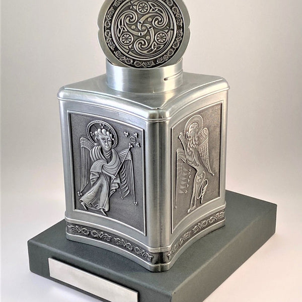 KEEPSAKE URN FOR A LOVED ONES ASHES WITH  KELLS DESIGN AND CELTIC SURROUND. MADE IN PEWTER METAL SILVER SOFT FINISH METAL. ÉTAIN ZINN HARTZINN PELTRO