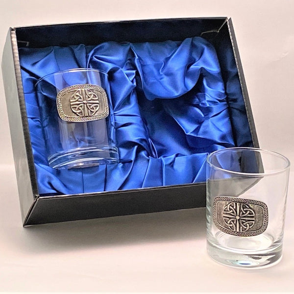 SET OF TWO WHISKEY TUMBLERS WITH TRINITY 4 KNOT DESIGN.