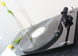 Pro-ject Essential III (3) Piano Black Turntable