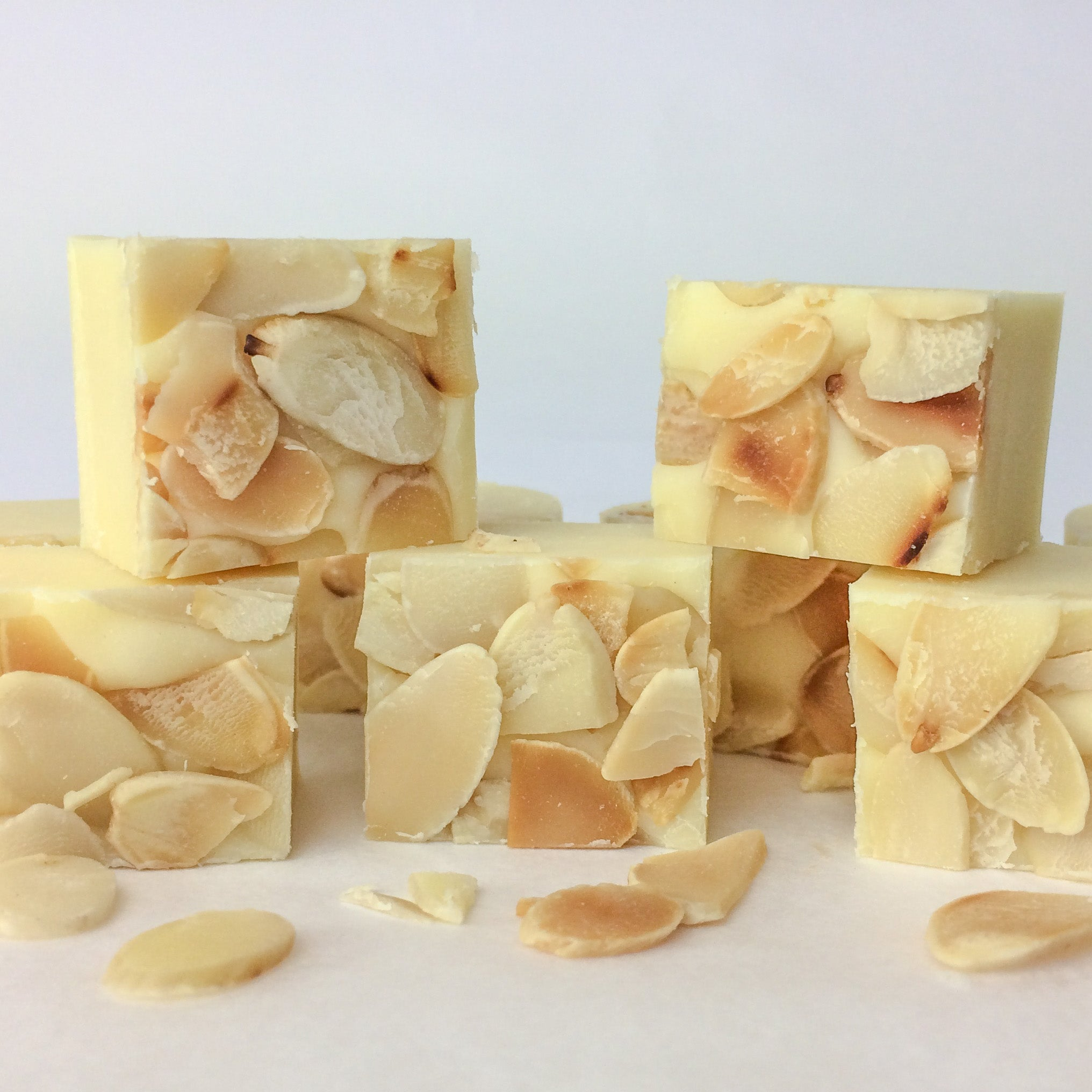 Almond fudge with toasted almond flakes