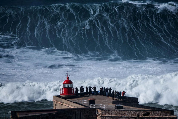 Surf na Nazaré, a capital das maiores ondas do mundo.