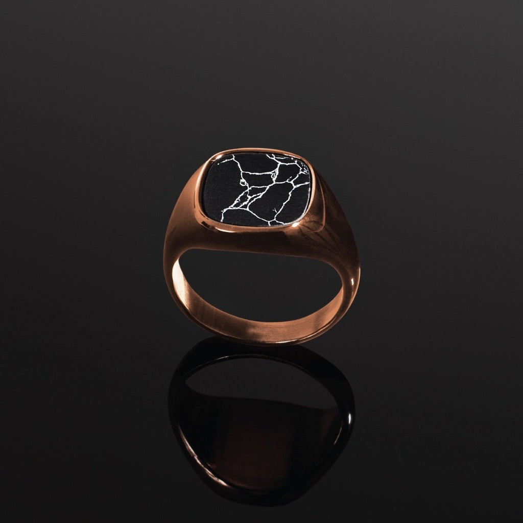 Minimal Signet Ring in RoseGold - Our Minimal Men's Signet Ring in RoseGold has been crafted to be worn on a day-to-day basis or even on a night out.