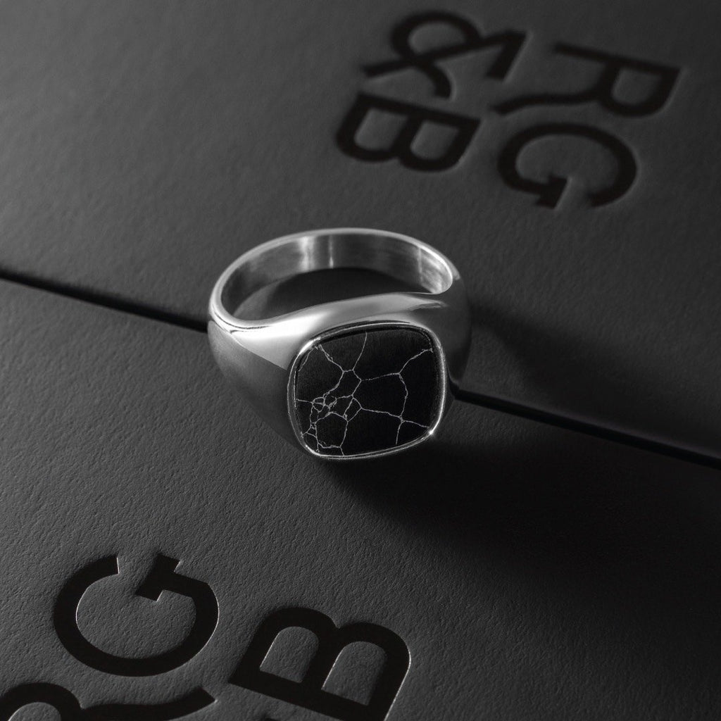 Minimal Signet Ring in Silver - Our Minimal Men's Signet Ring in Silver has been crafted to be worn on a day-to-day basis or even on a night out.