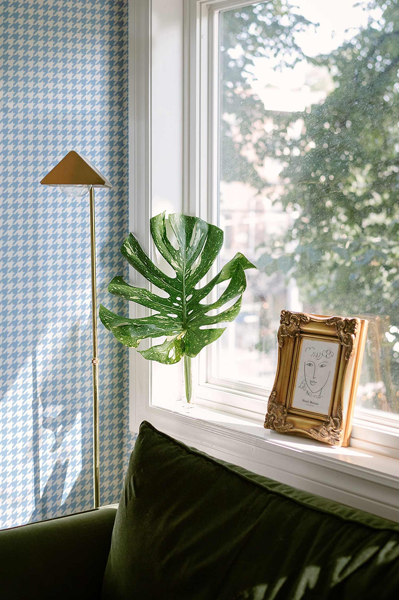 Blue chic houndstooth pattern wallpaper with monstera leaf and golden picture frame