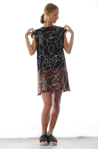 Abstract kissing faces black T dress