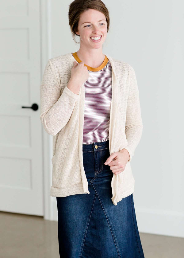 Woven cardigan that drapes and has front pockets. It comes in blush, cream and sage.