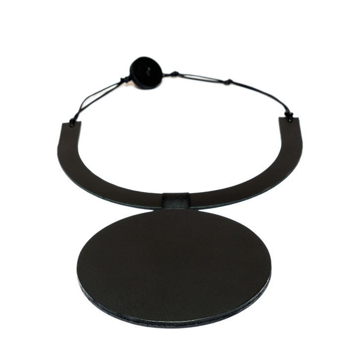 Collier en cuir noir, design