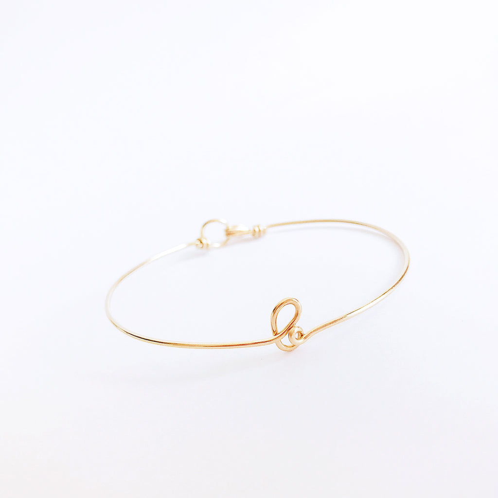 Personalised name initial b wire bangle bracelet in 14K Yellow gold filled handmade by Rachel and Joseph Jewellery in London, UK CLose up