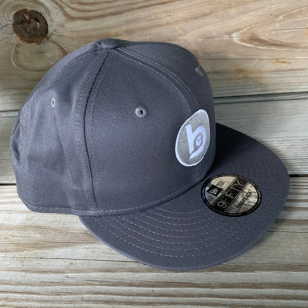 New Era Flat-Brim Snap-Back Circle b logo (Charcoal)
