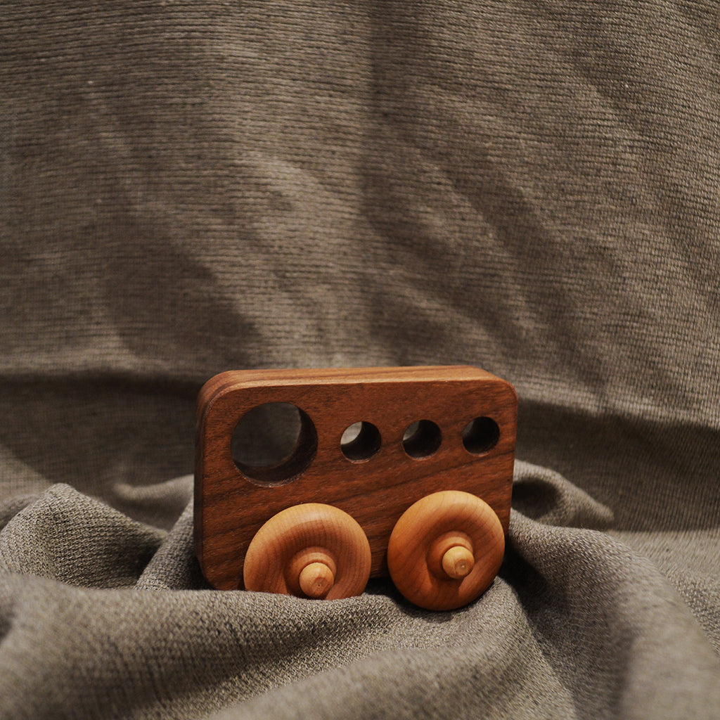 S.chapados_voiture_car_handmade_quebec_lesptitsmosus_vroum_faitmain_jouet_toys_wood_woodentoys_jouetbois_durable_ecologique_eco_