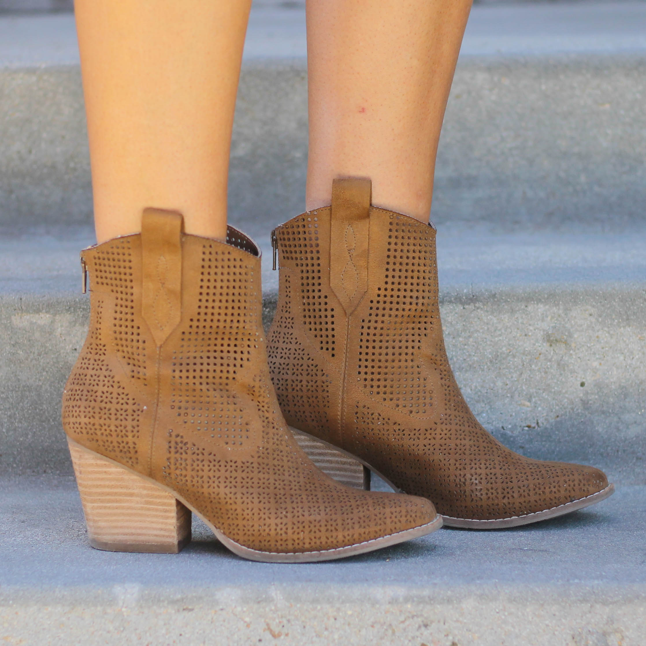 Matisse Backroad Ankle Boot in Tan