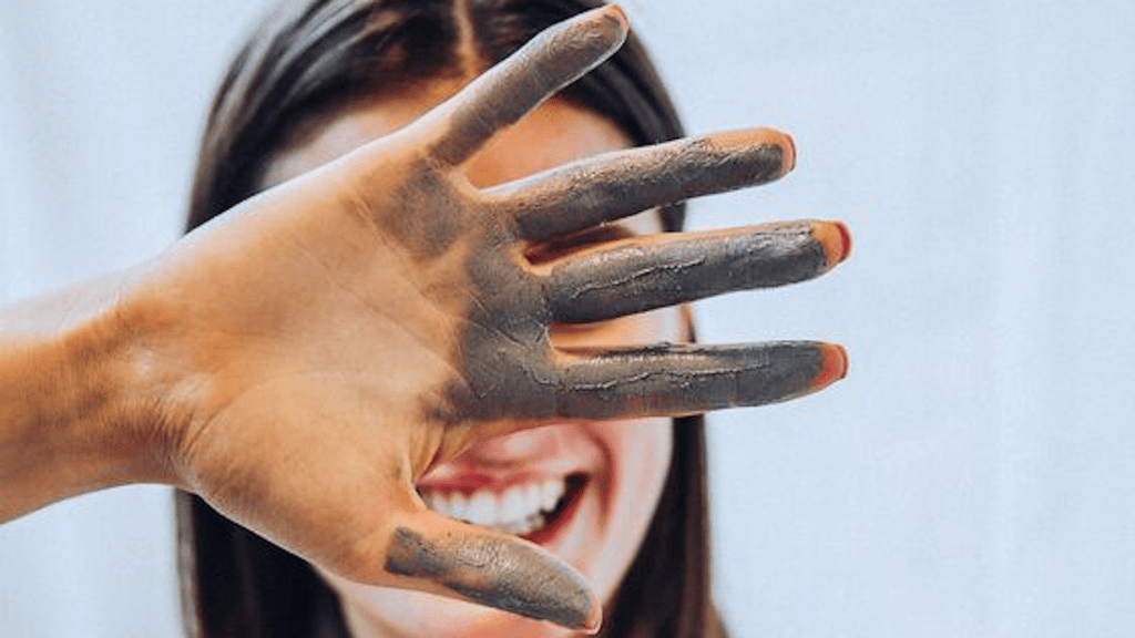 5 Skin Benefits of An Activated Charcoal Clay Face Mask