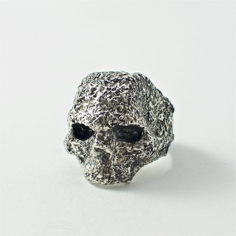 Skull ring Band oxid big. Front view left.