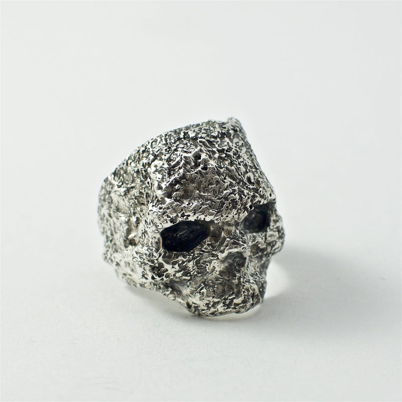 Skull ring Band oxid big. Front view right.